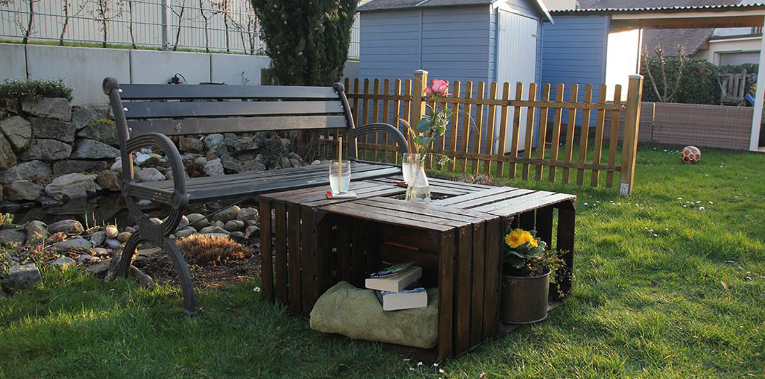 Do it yourself: Gartentisch aus Holzkisten bauen